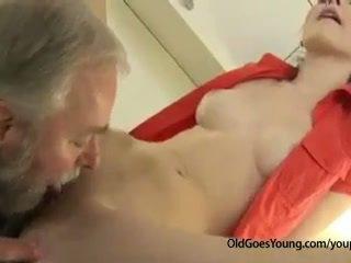 Künti çehiýaly ýaşlar gyz was waiting for boyfriend when his old daýy came and fucked her