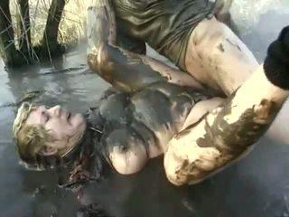 Csintalan pornó teljesítmény közel hogy egy szemérmetlen nagymama having got laid -ban a mud