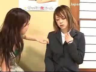Unge jente getting hypnotisert av dame til kraft henne fitte licking