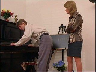 Vyresnis pianinas mokytojas dominates jos studentas