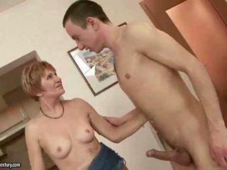 Γιαγιά τσιμπουκώνοντας και καβάλημα νέος καβλί