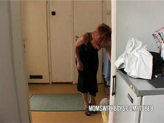 Stepmom helps trẻ con trai getting cứng
