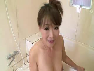 Asiatiskapojke äldre i dusch sucks på kuk före stimulating själv