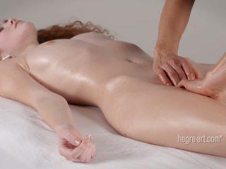 Cona receives um massagem por um homem com um vibrador
