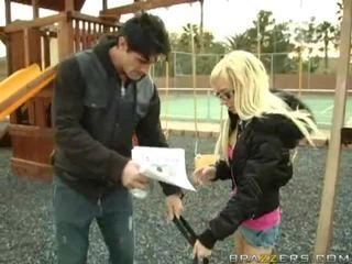 Guy dulkinimasis a mergaitė ir guy yra bybis į the tas pats laikas