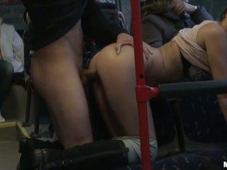 الهاوي وقحة gets banged شاق في ال حافلة