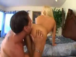 Cassie 若い takes a 大きい コック ビデオ