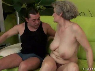 Berpayu dara besar nenek enjoys teruk seks