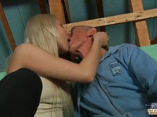 Nieśmiałe stary guy seduced przez blondynka nastolatka