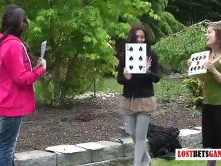 Kolme tytöt pelata kaistale highest card wins