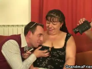 Tučné vyzreté suka swallows two dicks