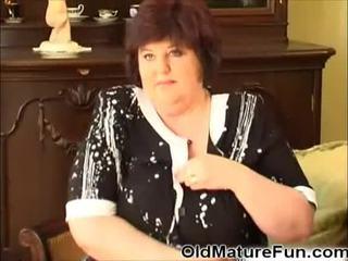 Staršie ženy hrať s veľký prsia video