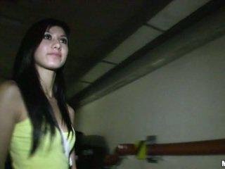 brunette video-, schattig video-, controleren neuken scène