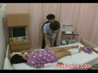 Sjuksköterska avrunkning i främre av hustru 01