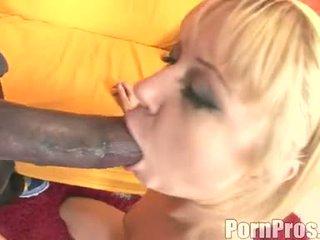 Golden haired wench aaralyn barra receives henne munn ripped av en monster kuk