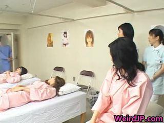 Asiática esposa é examining female workers