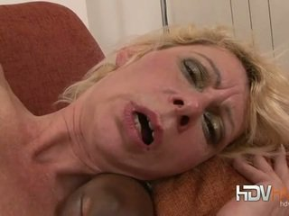 Blonde mature nailed en la cul par grand noir bite