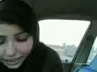 Arab गर्ल swallows कम में the कार वीडियो