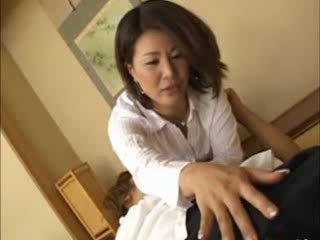 Aziatisch licks fingers terwijl aftrekken een shaft