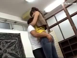 Krótki guy całowanie z wysokie dziewczyna licking pacha rubbing jej tyłek w the middle z the pokój