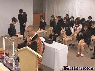 Asiatique filles aller à église moitié nu dedans public