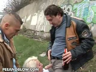 Pee и удар: това възрастни блудница loves към получавам pissed на на лице!