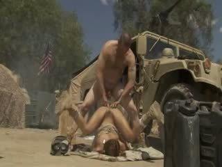 Excited jadra holly receives szar kemény és cummed által an hadsereg soldier