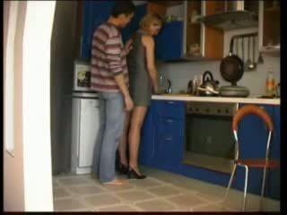 Venäläinen äiti fucks sisään keittiö