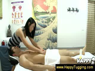 Азіатська masseuse turns relaxed в еротичний