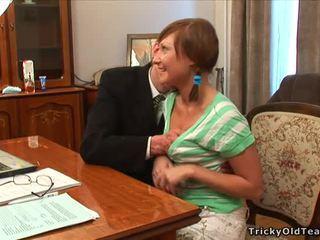 Viejo profesora pleasured por adolescente