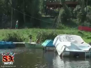 Students sailing ใน a เรือ