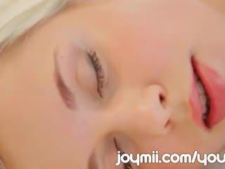 Dido ангел luxuriously lounges і masturbates зворушливий її молодий манда