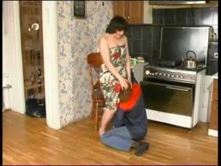 俄 媽媽 和 一 年輕 plumber