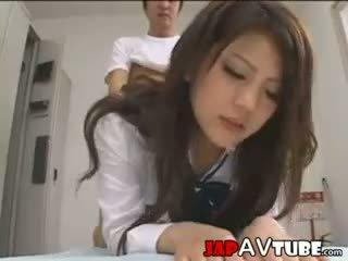 Japānieši skolniece un viņu janitor