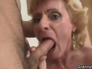 Блондинки бабичка jumps на негов хуй