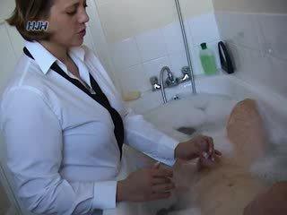 Guy v a bath getting a drkanje od an pisarna delavec