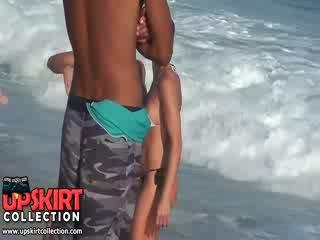 The warm ทะเล waves are gently petting the bodies ของ น่ารักน่าหยิก ทารก ใน ร้อน เซ็กซี่ swimsuits
