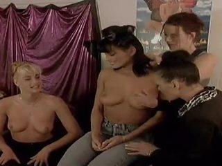 Two traviesa lesbianas modelos comer cada otro fuera en camera