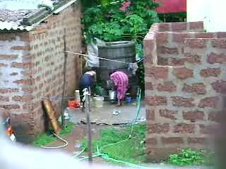Xem này two nóng sri lankan phụ nữ getting bath trong ngoài trời