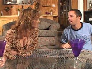 विशाल टिट्स ब्रुनेट मिल्फ हार्डकोर सेक्स पर काउच