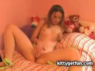 Kitty obtenir amusement: mignonne ado masturbates en ce gratuit tube vidéo
