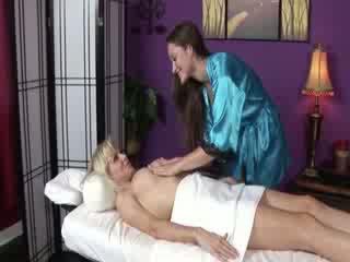Rondborstig lesbisch receives speciaal aandacht van masseuse