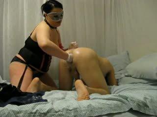 大きな美しい女性 ミストレス destroys 彼の 尻 とともに fist と strap 上の