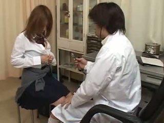 Uzbudinātas ārsts aptaustīšana matainas vāvere