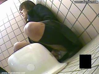 Geheim toilet camera voyeur meisjes masturbation