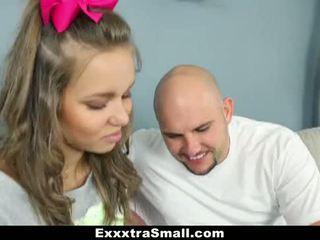 Exxxtrasmall - brace-faced spinner gets geneukt op fathers dag