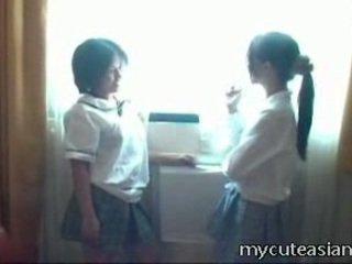 2 teenager lesbo cinese pulcini having sesso in giro