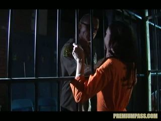 Stuck bak bars i en fengsel til hore taylor regn er tvang til se