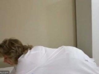 Oldnanny sexy mère avec ten masturbate sur lit