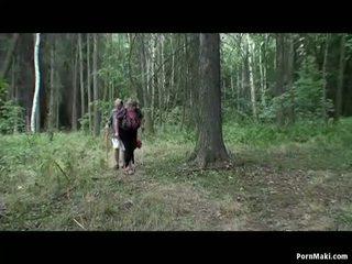 Gjoksmadhe gjysh having argëtim në the pyll